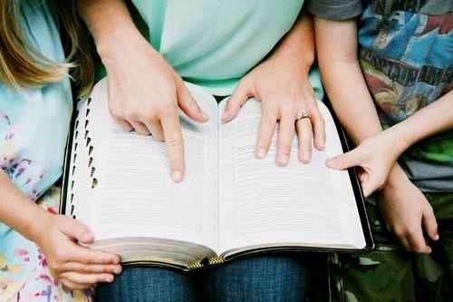 Chanter, prier, lire la Bible